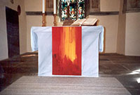 Altar mit rotem Parament